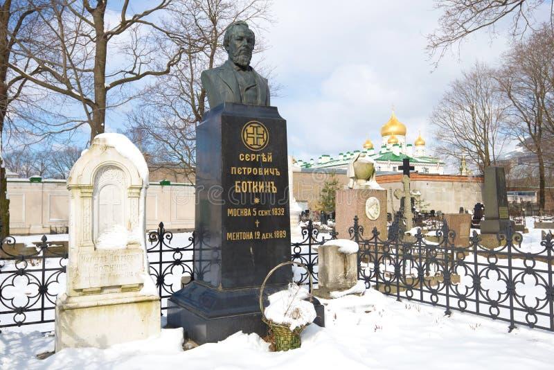 Monumento na sepultura do médico famoso Sergei Petrovich Botkin do russo no cemitério de Novodevichy St Petersburg fotos de stock