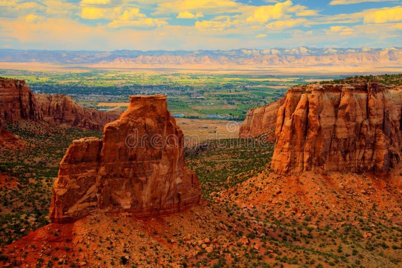Monumento nacional de Colorado en la puesta del sol imagen de archivo