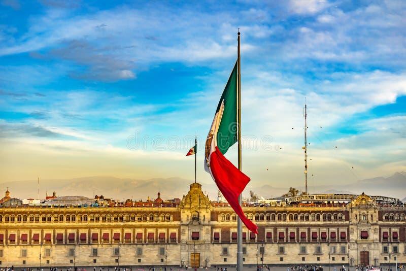 Monumento nacional presidencial Cidade do México México do balcão do palácio da bandeira mexicana imagens de stock
