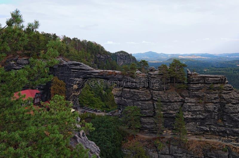 Monumento natural asombroso, monumento de la roca, puerta de la piedra arenisca - puerta de Pravcice en el parque nacional bohemi imagen de archivo