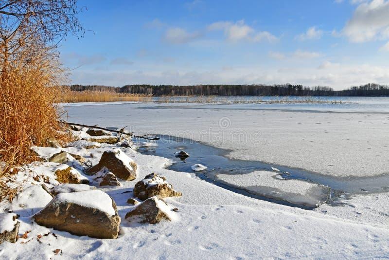 Monumento natural - lago Uvildy no outono atrasado no tempo claro, região de Chelyabinsk Rússia foto de stock royalty free