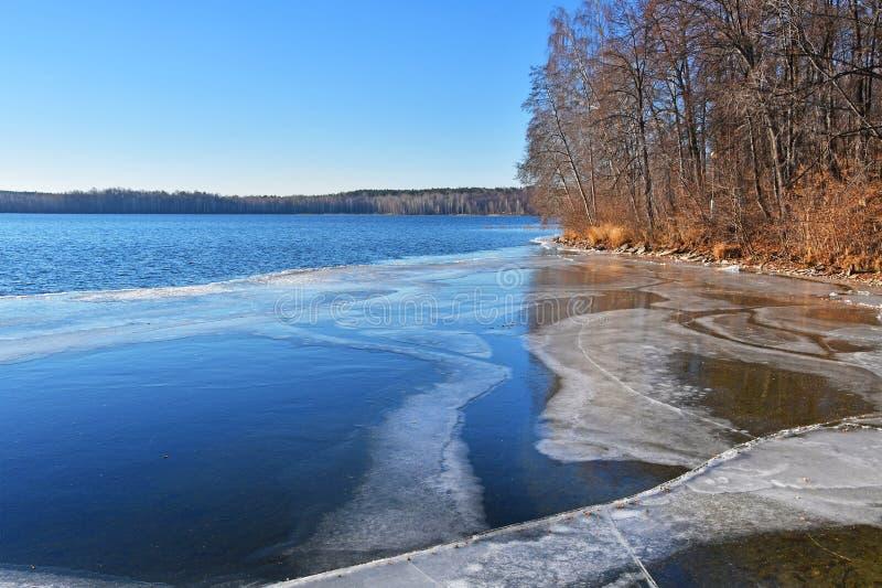 Monumento natural - lago Uvildy no outono atrasado no tempo claro, região de Chelyabinsk Rússia fotos de stock royalty free