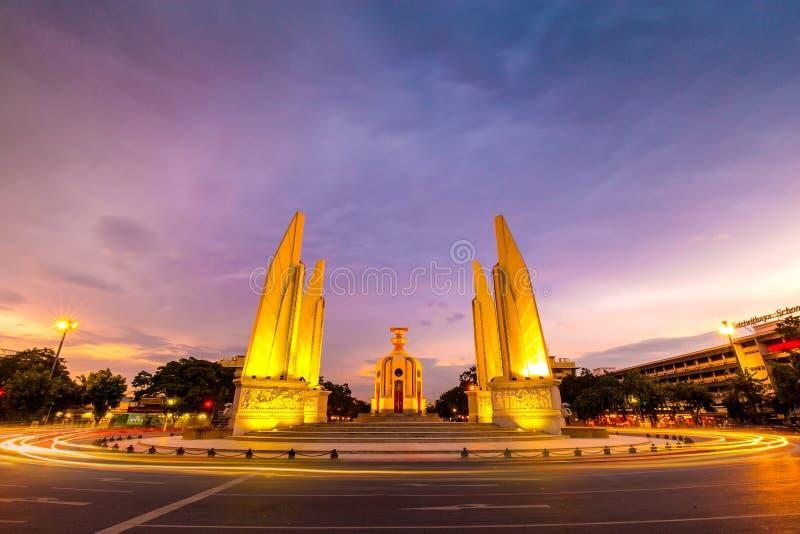 Monumento nel tramonto, Bangkok, Tailandia di democrazia fotografie stock