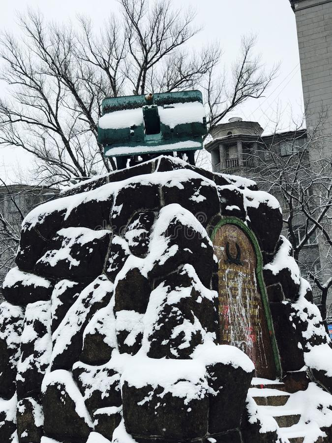 Monumento nevado de um cânone na frente da estação de metro do arsenal - Kyiv - Ucrânia imagens de stock royalty free