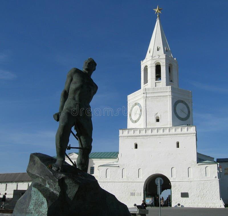 Monumento no fundo do Kremlin de Kazan imagens de stock royalty free