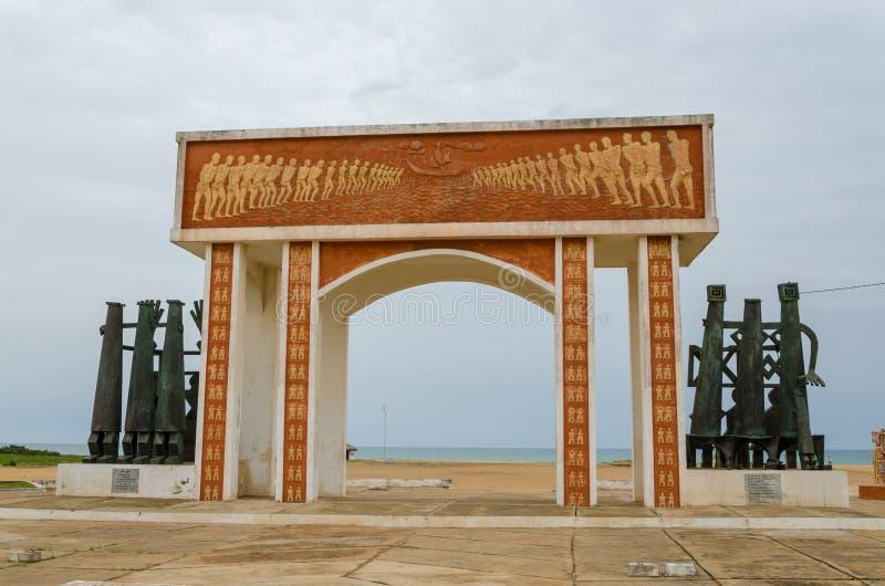Monumento o memoriale del tempo commerciale dello schiavo alla costa del Benin immagini stock libere da diritti