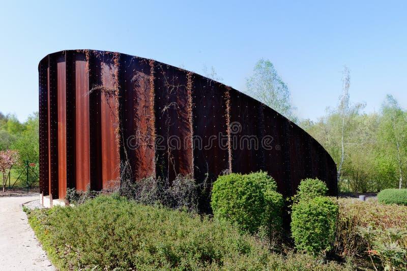 Monumento oxidado corroído del metal, Marcinelle, Charleroi, Bélgica imagen de archivo