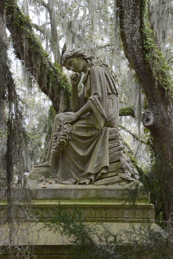 Monumento pensativo en Bonaventure Cemetery imagenes de archivo