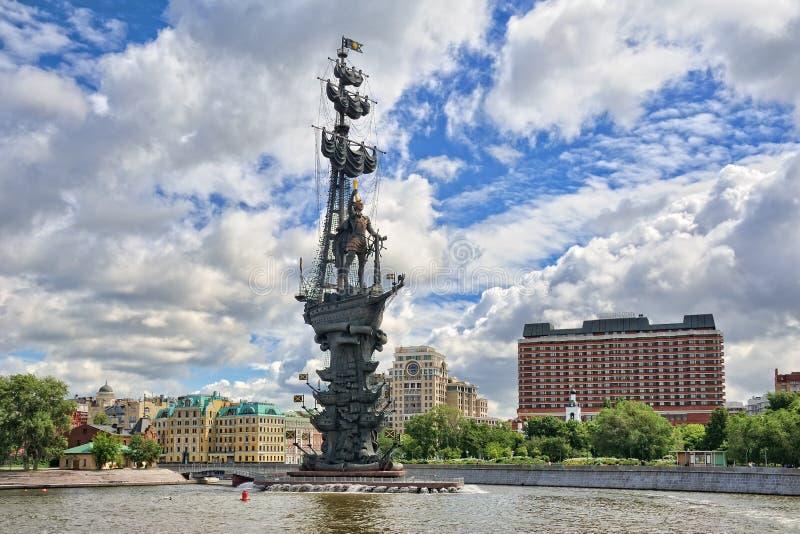 Monumento a Peter el grande debajo de las nubes blancas en verano foto de archivo libre de regalías
