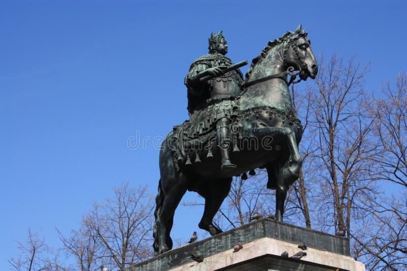 Monumento a Peter el grande delante del palacio imagen de archivo