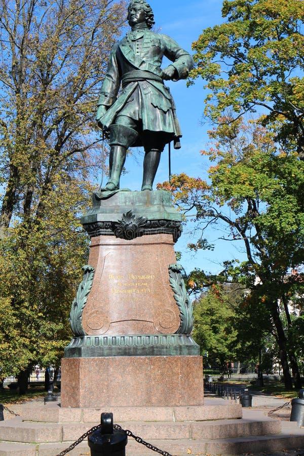 Monumento a Peter el grande, el fundador de Kronstadt imagenes de archivo