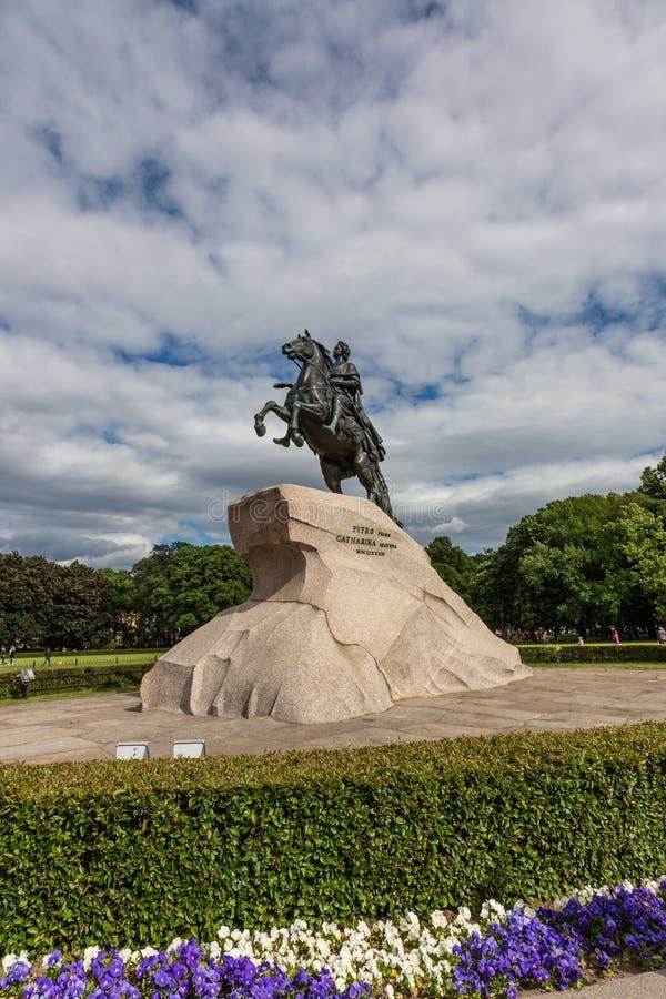 Monumento a Peter el grande en un pedestal enorme del granito St Petersburg Rusia foto de archivo libre de regalías