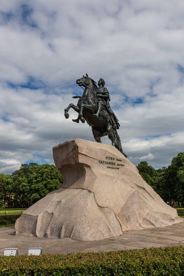 Monumento a Peter el grande en un pedestal enorme del granito St Petersburg Rusia fotografía de archivo libre de regalías