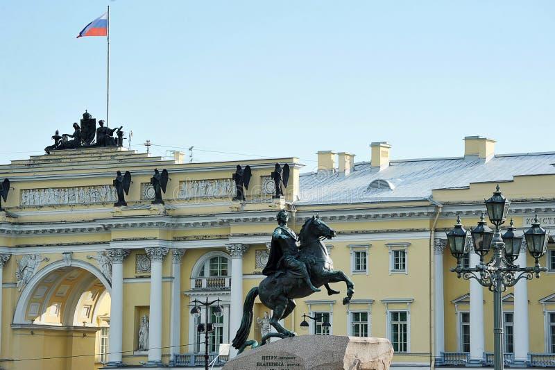 Monumento a Peter le grande e la costruzione della corte costituzionale a St Petersburg fotografia stock