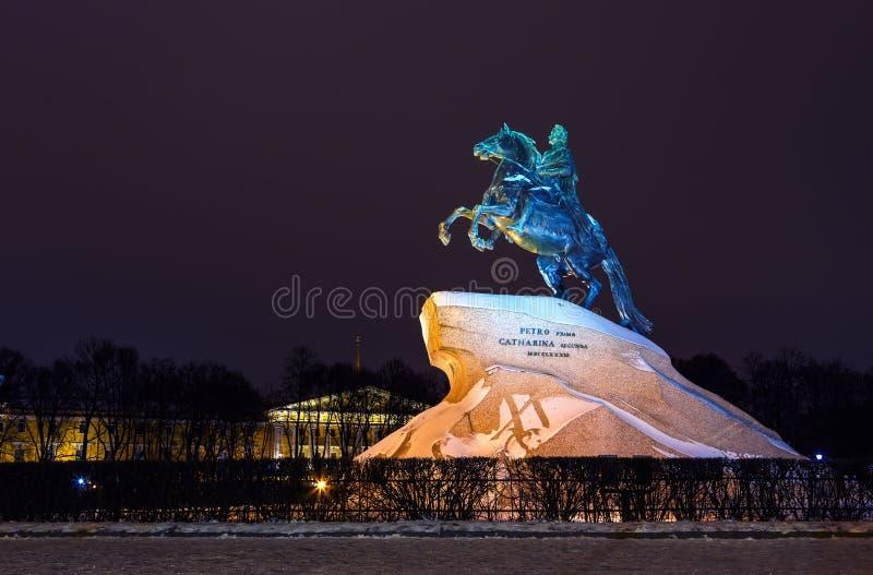 Monumento a Peter o grande e o Tribunal Constitucional no quadrado na noite, St Petersburg do Senado, Rússia imagem de stock