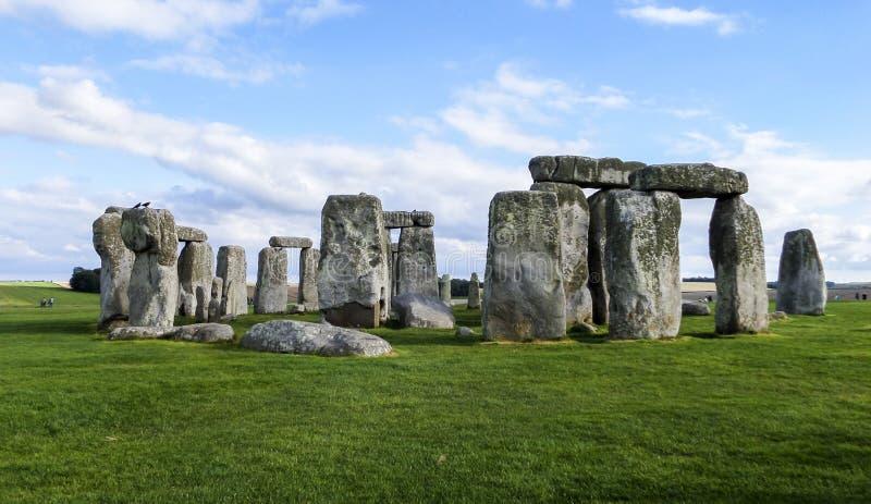 Monumento pré-histórico de Stonehenge, céu azul - Wiltshire, Salisbúria, Inglaterra fotos de stock
