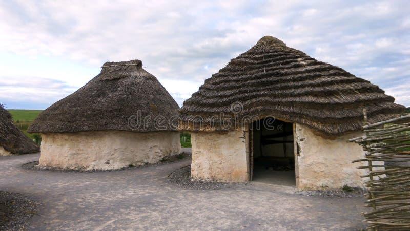Monumento pré-histórico de Stonehenge, exposição Neolítico das casas de Stonehenge - Salisbúria, Inglaterra imagens de stock