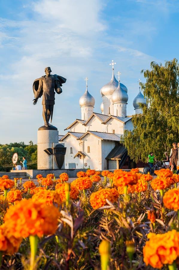 Monumento a príncipe Alexander Yaroslavich Nevsky en el fondo de Boris y de Gleb Church, Veliky Novgorod, Rusia foto de archivo libre de regalías