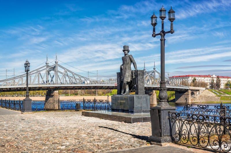 Monumento a Pushkin en el puente fotografía de archivo libre de regalías