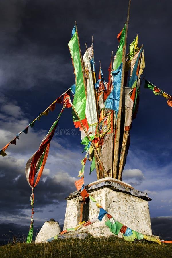 Monumento religioso tibetano sobre uma montanha fotos de stock