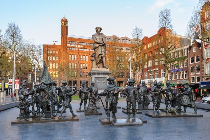 Monumento a Rembrandt y a las esculturas de su guardia nocturna de la imagen en Rembrandtplein en Amsterdam fotos de archivo