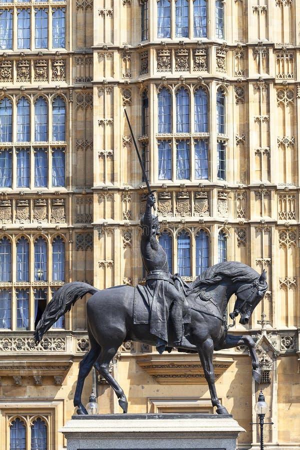 Monumento a rey Richard I Lionheart en el caballo, palacio de Westminster, Londres, Reino Unido, Inglaterra imagen de archivo