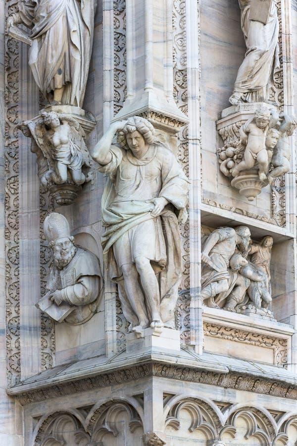 Monumento a rey Victor Emmanuel II en el cuadrado de la catedral, Milán, Italia fotos de archivo