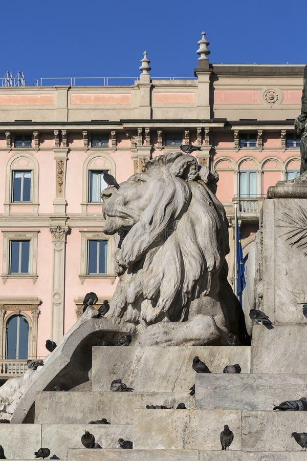Monumento a rey Victor Emmanuel II en el cuadrado de la catedral, Milán, Italia imagen de archivo