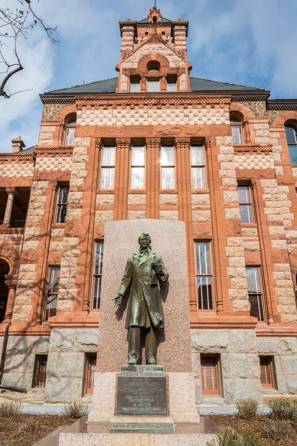 Monumento a Richard Ellis, com Ellis County Courthouse no fundo, em Waxahachie, TX fotografia de stock royalty free
