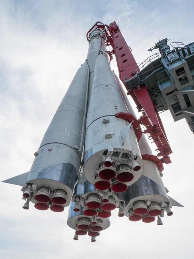 Monumento ruso del cohete de espacio de debajo imagen de archivo libre de regalías