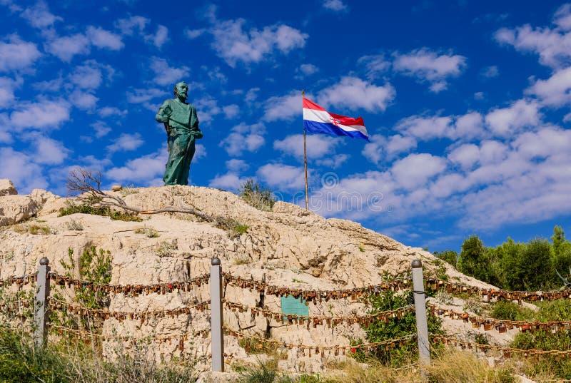 Monumento a San Pedro y a la bandera croata fotografía de archivo