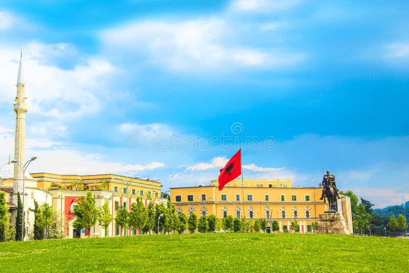 Monumento a Scanderbeg nel quadrato di Scanderbeg nel centro di Tirana, Albania immagini stock libere da diritti