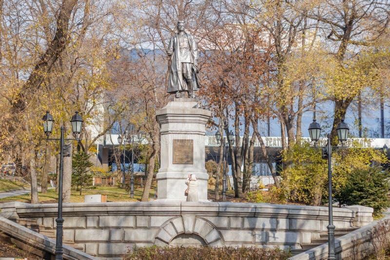 Monumento a Sergey Lazo revolucionario en Vladivostok en tonos del otoño fotos de archivo