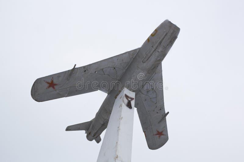 Monumento sob a forma de um lutador de jato MiG-17 contra o backgro imagem de stock