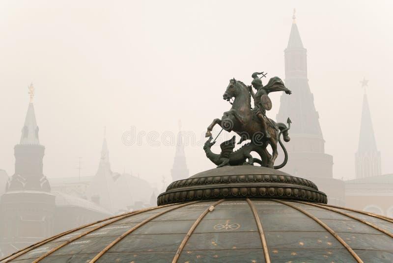 Monumento a St. George com Kremlin fotos de stock