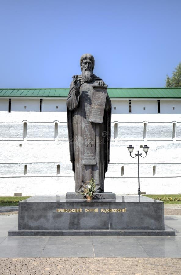 Monumento a St Sergius de Radonezh cerca de las paredes del monasterio de la trinidad-Sergius Lavra foto de archivo
