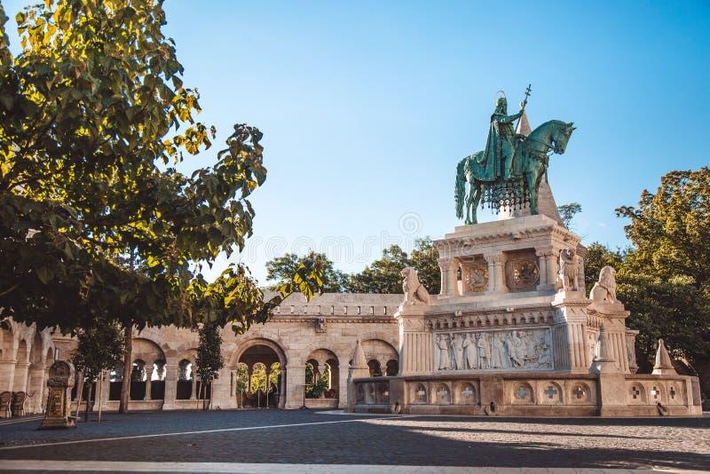 Monumento a St Stephen, el primer rey de Hungría Localizado en el bastión del pescador en Budapest fotos de archivo libres de regalías