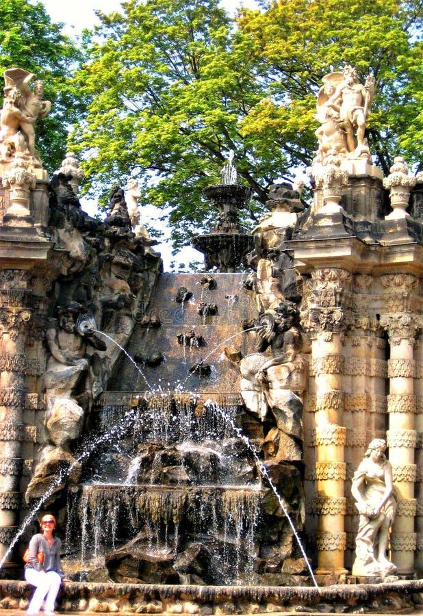 Monumento storico architettonico, la fontana delle crisalidi nella città tedesca di Dresda fotografia stock