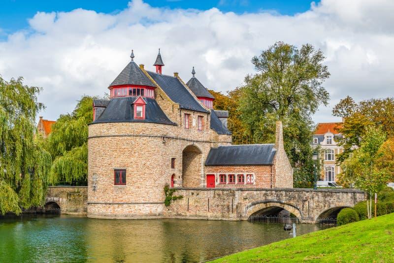 Monumento storico di Bruges Ezelpoort o portone degli asini Un portone per entrare nella città fotografie stock