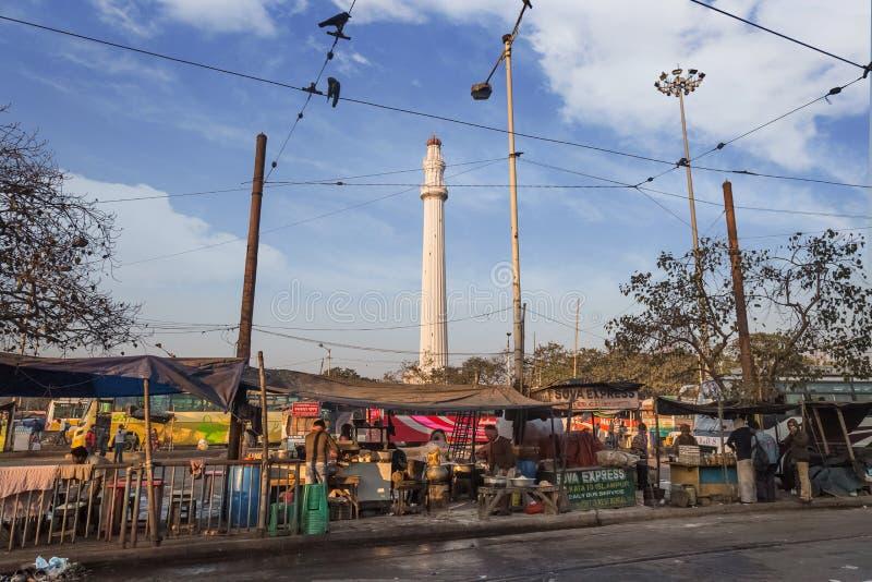 Monumento storico di Ochterlony o Shaheed Minar un punto di riferimento notevole come visto da una via in Calcutta vicino a Chowr fotografia stock