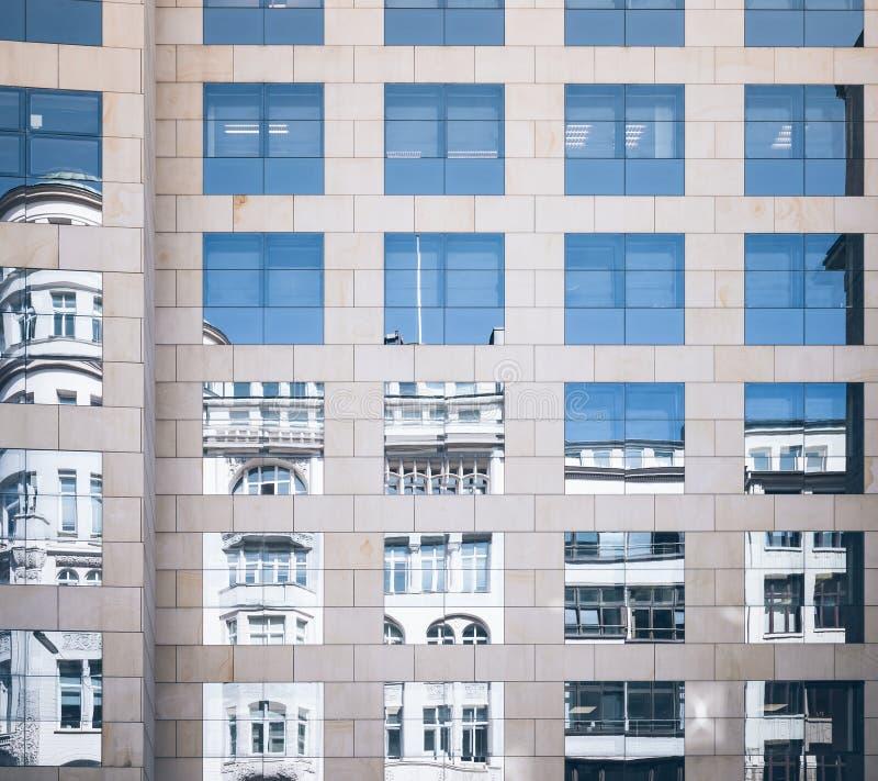 Monumento storico rispecchiato in facciata di vetro dell'edificio per uffici moderno fotografia stock