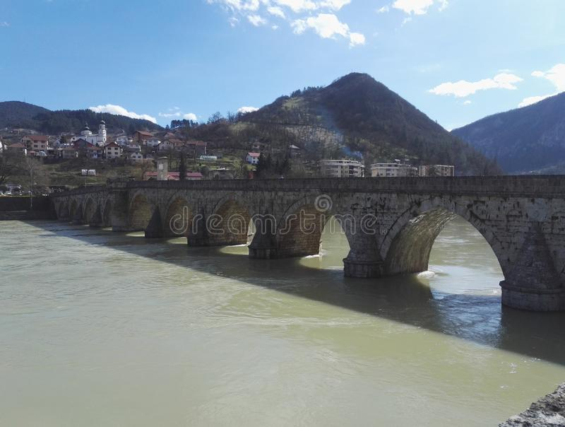 Monumento storico, vecchio ponte a Visegrad, Bosnia-Erzegovina fotografie stock