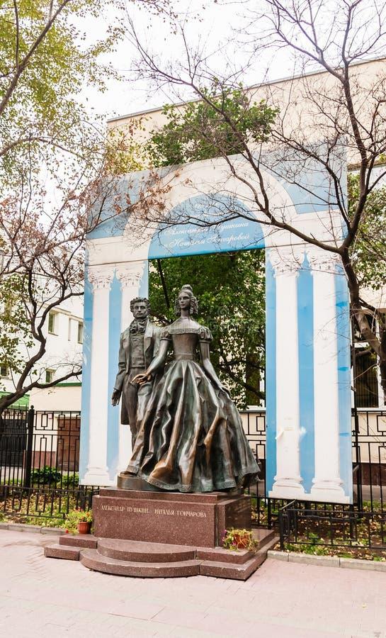 Monumento sul grande poeta anziano Alexander Pushkin e Natalia Goncharova di Arbat immagini stock libere da diritti
