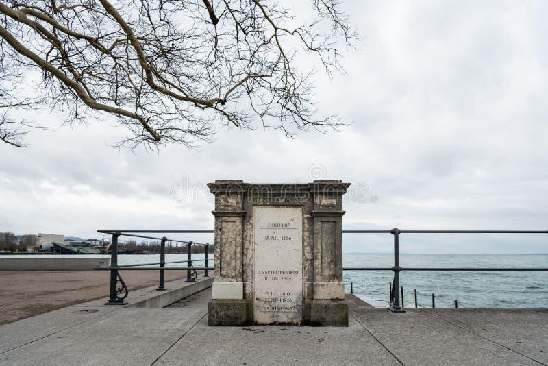 Monumento sul pilastro in Bregenz con le marcature di più alte pletore di lago di Costanza fotografia stock libera da diritti