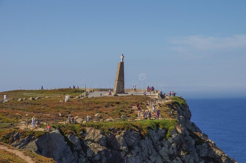 Monumento trasversale e punto di vista a Cabo da Roca & x28; Capo Roca& x29; , Portug fotografia stock libera da diritti