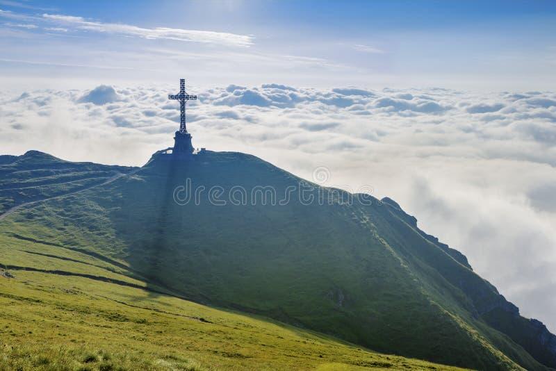 Monumento trasversale sulla cima della montagna fotografie stock