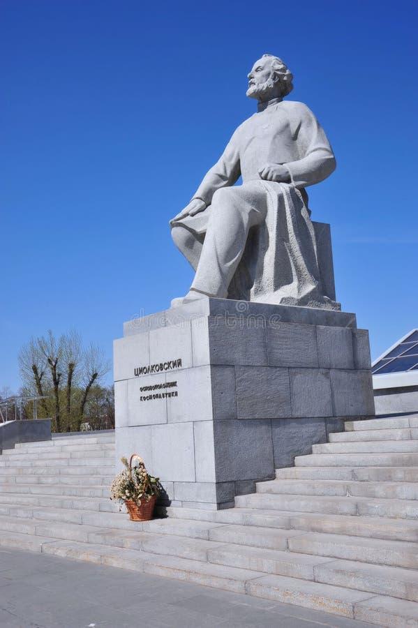 Monumento a Tsiolkovsky, el fundador de la teoría del cosmonauta, Moscú, Rusia fotos de archivo