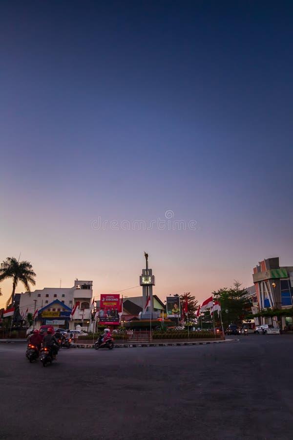 monumento Tugu Bundaran Salatiga ou Salatiga à hora azul fotos de stock royalty free