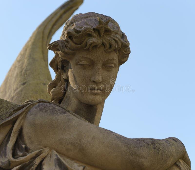 Monumento a um anjo em um cemitério imagem de stock