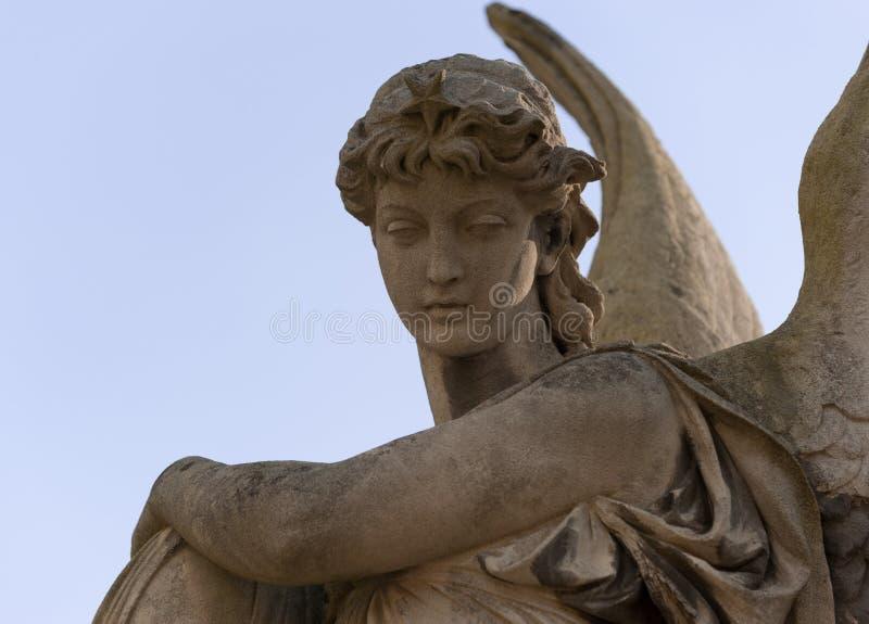 Monumento a um anjo em um cemitério imagem de stock royalty free